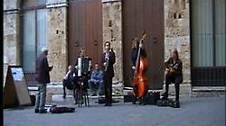 Quadro Nuevo spielt Straßenmusik in Italien